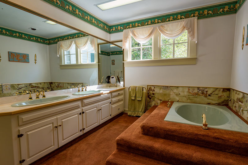 4 Homes for Sale with Fun Vintage Bathrooms